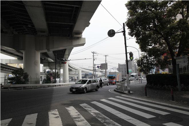 山下橋の交差点についたら、右に曲がり、ドンキホーテの前を通ります